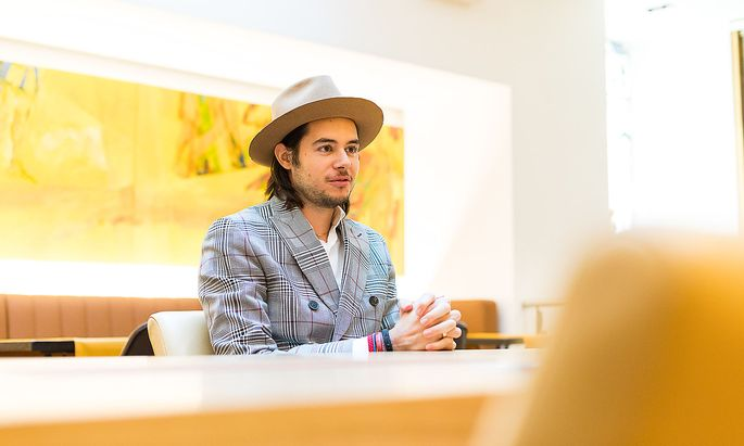 Der modebewusste Nikolaus Hirsch ist das neue Gesicht der Traditionsmarke.
