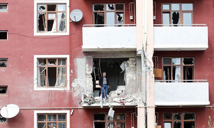 Archivbild: Ein im Krieg um Berg-Karabach zerbombtes Haus in Terter (Aserbaidschan).