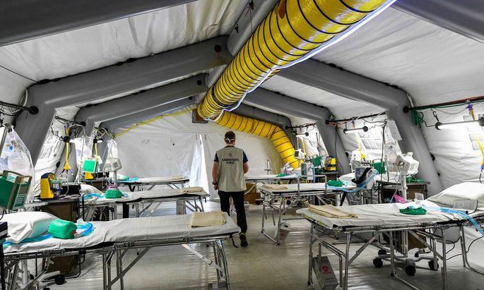 Italienisches Notspital in einem Zelt
