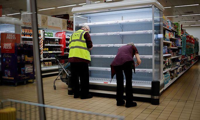 Leere Supermarktregale in London