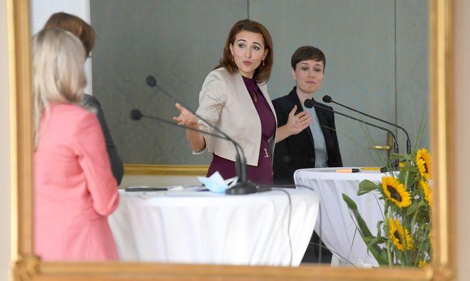 Blumen statt Hass: Ein Spiegel fing die Botschaften der Koalitionspolitikerinnen Raab, Edtstadler, Zadić und Maurer (v. l.) ein.