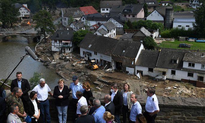 Angela Merkel besuchte die von den Überflutungen betroffenen Gebiete im Bundesland Rhainland-Pfalz.