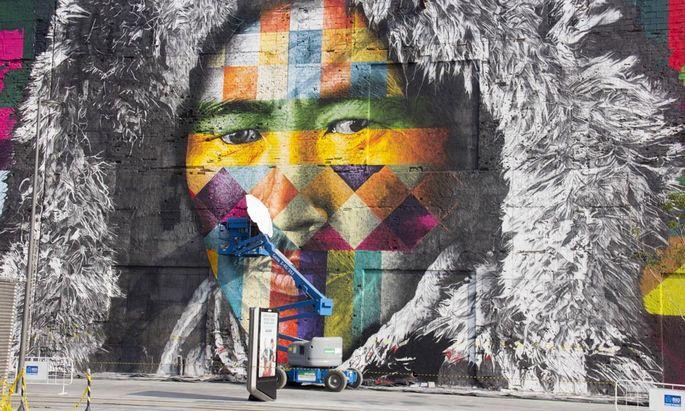 "Das Wandbild ""Etnias"" des berühmten brasilianischen Graffiti-Künstlers Eduardo Kobra lockt zahlreiche Olympia-Touristen in Rios Hafengegend Porto Maravilha"