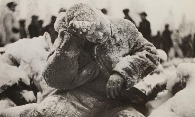 Minus 40 Grad Celsius: keine warme Kleidung, keine passenden Schuhe. Ein erfrorener sowjetischer Soldat.