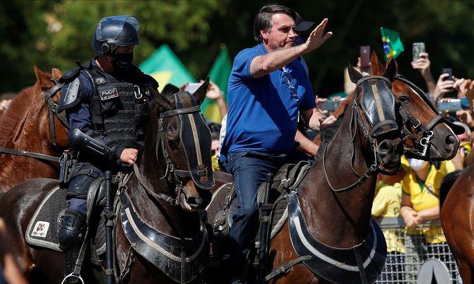 Bolsonaro hoch zu Ross bei einer Kundgebung mit jubelnden Anhängern in Brasília.