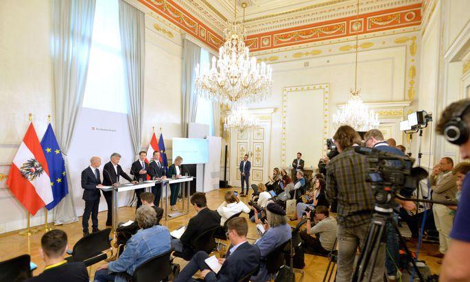 """Die Regierung präsentierte die """"größte Steuerreform der Zweiten Republik"""". 18 Mrd. Euro werden bis 2025 ausgeschüttet. Finanzieren soll sie sich größtenteils selbst."""