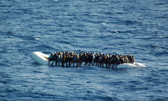 Rettungsaktion vor Libyens Küste: Die Schlepper geben wenig Treibstoff in die Boote, sagt Frontex-Vizechef Berndt Körner. Auch deshalb gibt es heuer mehr Tote.