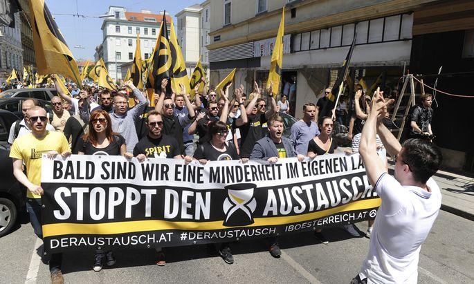 Archivbild: Identitäre bei einem Aufmarsch in Wien im Juni 2015