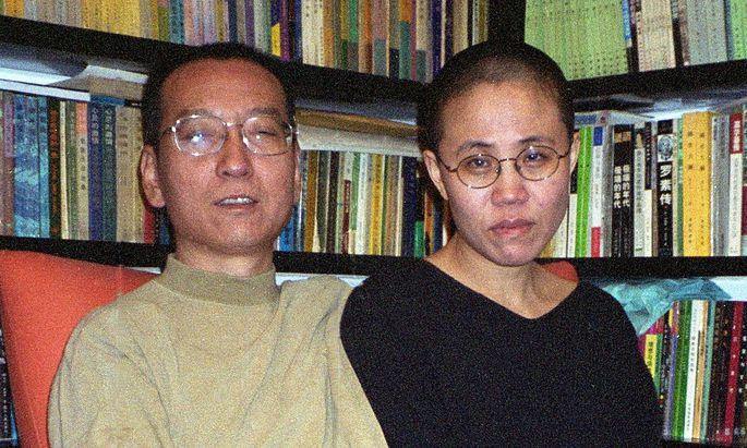 Liu Xiaobo mit seiner Frau auf einem Archivbild von 2002.