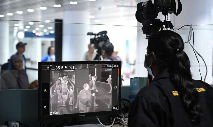 An Flughäfen in Asien (hier in Malaysia) wird versucht, die Ausbreitung des Virus' zu verhindern.
