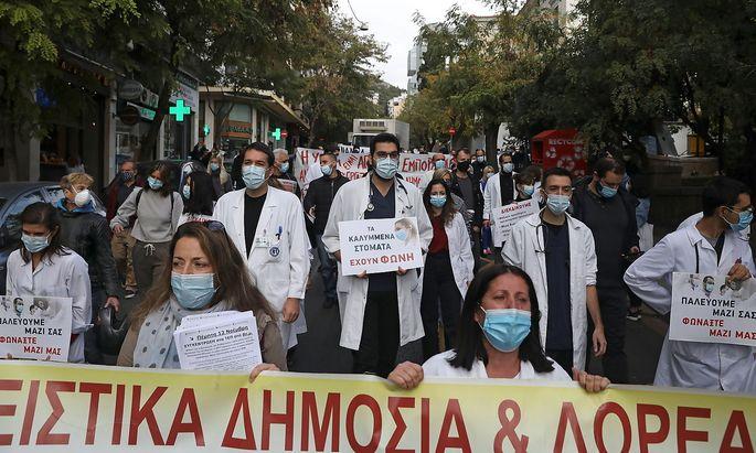 Das System ist angeschlagen. Griechisches Gesundheitspersonal bei einem Protest in Athen.