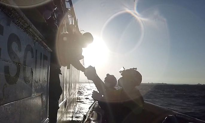 Archivbild von einer Rettungsaktion im Mittelmeer. Die NGO Mare Nostrum dokumentierte Gewaltfälle und Abdrängungen von Flüchtlingsbooten.