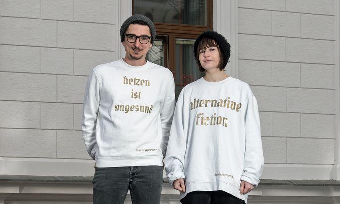 Zwei von fünf. Thomas Arzt und Gerhild Steinbuch, Mit-begründer von Nazis & Goldmund, und ihre Lese-Uniform.