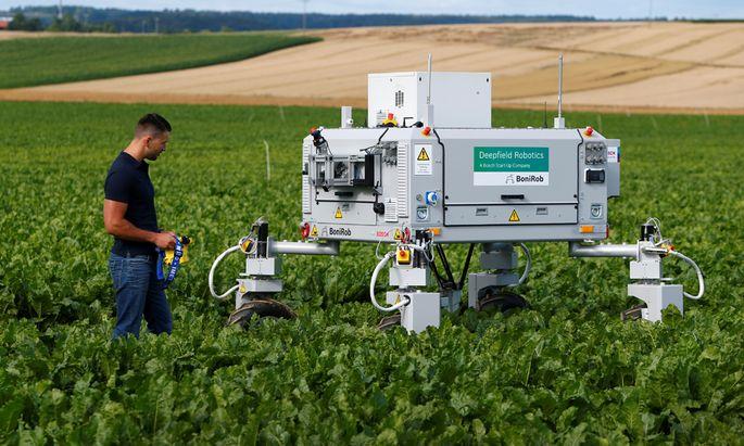 Landarbeiter 4.0: Weitgehend autonom arbeitende Maschinen, wie dieser Bosch-Feldroboter, werden bald die Hälfte aller Jobs übernehmen.
