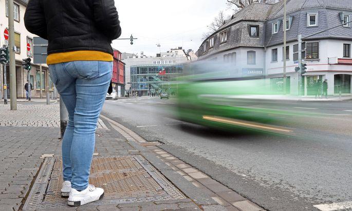 Wer eine breitere Straße überquert, solle in der Mitte noch einmal nach Autos schauen.