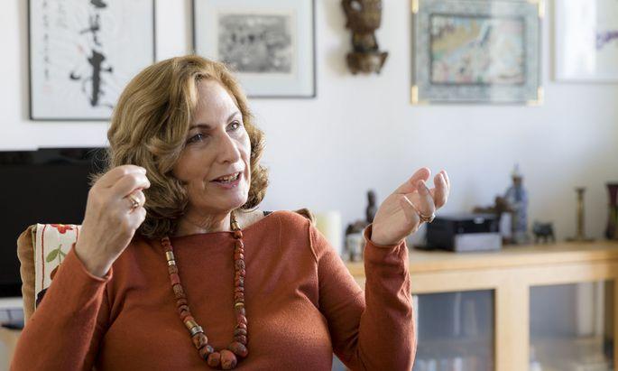 Susanne Brandstätter beim Gespräch in ihrer Wiener Wohnung.