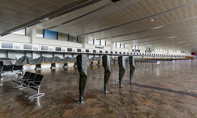 schwechat, austria, 13 jan 2021, empty terminal at the vienna international airport during the covid-19 lockdown *** sc