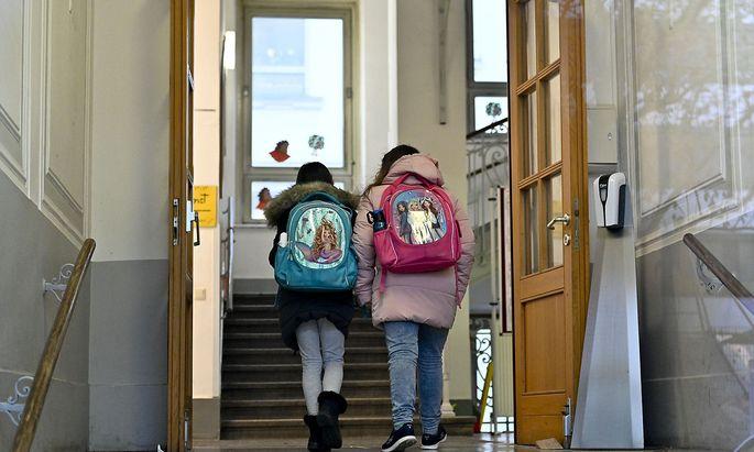 Wie in den Kindergärten variiert die Auslastung teils erheblich. Das hängt nicht zuletzt an der unterschiedlichen Kommunikation der Schulleitungen.