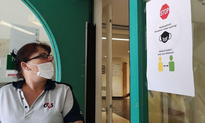 Salzburg reagierte auf die steigenden Coronainfektionen am Donnerstag mit der Wiedereinführung der Maskenpflicht in einem Teil ihrer Amtsgebäude.