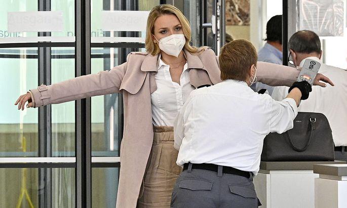 Kam heute als Beklagte ins Wiener Arbeitsgericht: die TV-Moderatorin Raphaela Scharf.