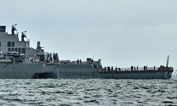 Ein Öltanker riss ein gewaltiges Loch in das amerikanische Kriegsschiff USS McCain. Nach dem Zusammenstoß galten zehn Matrosen als vermisst, fünf wurden verletzt.
