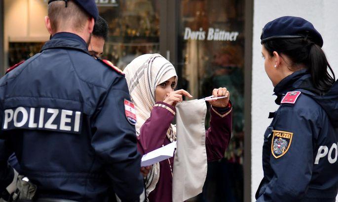 Diese Frau – hier bei einem Streifgang mit Medienbegleitung im Zell am See am Sonntag – war eine der Ersten,die aufgefordert wurde, die Verschleierung abzunehmen. Seither kam es im Bundesland Salzburg zu einzelnen solcher Abmahnungen, in Wien ist bisher ein Fall bekannt.