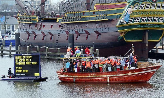 Am Rande des EU-Innenministertreffens protestierte Amnesty International für eine humane Flüchtlingspolitik – mit einem Boot voll Models in Schwimmwesten.