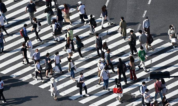 Geschäftigkeit auf einem Zebrastreifen in Tokio.