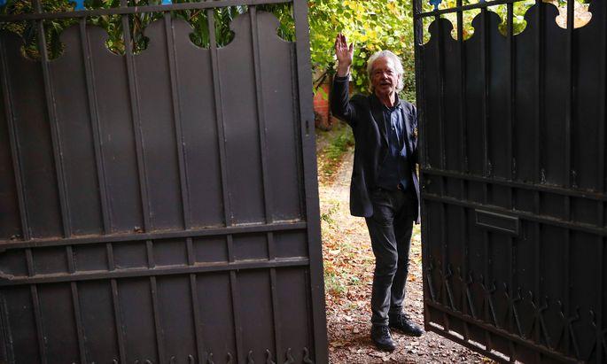 Peter Handke im Oktober 2019 am Gartentor seines Hauses in Chaville im Südwesten von Paris. Kurz zuvor war bekannt geworden, dass dem Schriftsteller der Nobelpreis für Literatur verliehen werde.