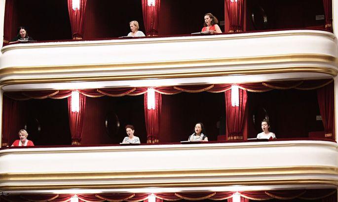 Der Chor der Volksoper während einer Probe mit Abstand. Eine der zentralen Aufgaben des neuen Direktors wird es sein, dem Haus seinen Stellenwert als erste Operettenbühne des Landes zurückzuerobern.
