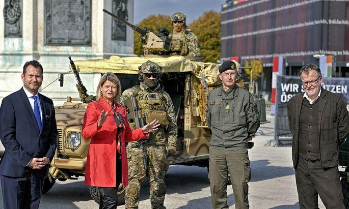 Verteidigungsministerin Klaudia Tanner (ÖVP), Brigadier Kurt Wagner und Regisseur Stefan Ruzowitzky bei einer Pressekonferenz zur Leistungsschau.