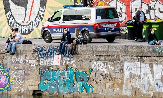 Maskenpflicht am Donaukanal und prinzipiell strenge Kontaktbeschränkungen gelten derzeit in Wien - Maßnahmen, denen die Oxford-Studie anhand Daten vergangener Lockdowns eine gute Wirkung bescheinigt.