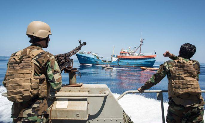 Von der EU mitfinanziert, bringt Libyens Küstenwache Flüchtlingsboote auf. Die Festgenommen werden danach interniert.