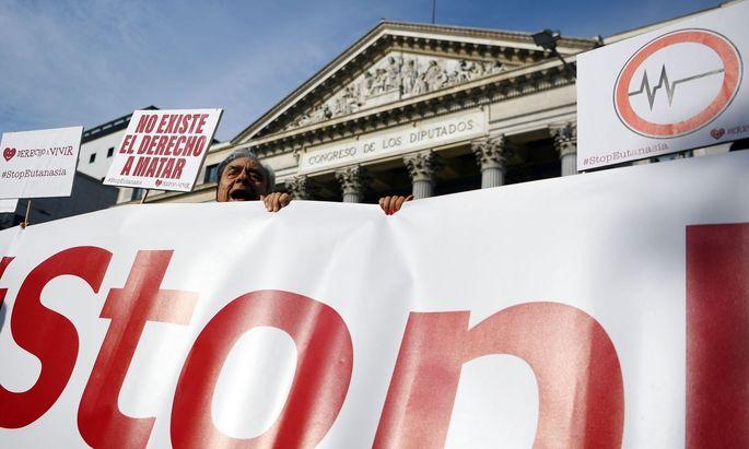 Proteste gegen die Legalisierung der Sterbehilfe.