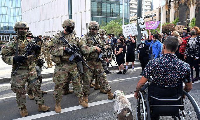Soldaten der Nationalgarde marschieren während der Proteste in Los Angeles auf.