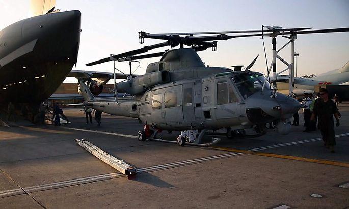 Ein UH-1Y Huey-Helikopter der US-Army wird am Flughafen von Kathmandu ausgeladen.