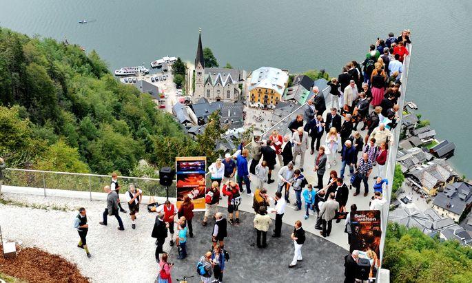Blick auf Hallstatt: Nach manchen Schätzungen besucht mehr als eine Million Touristen jedes Jahr die Gemeinde.