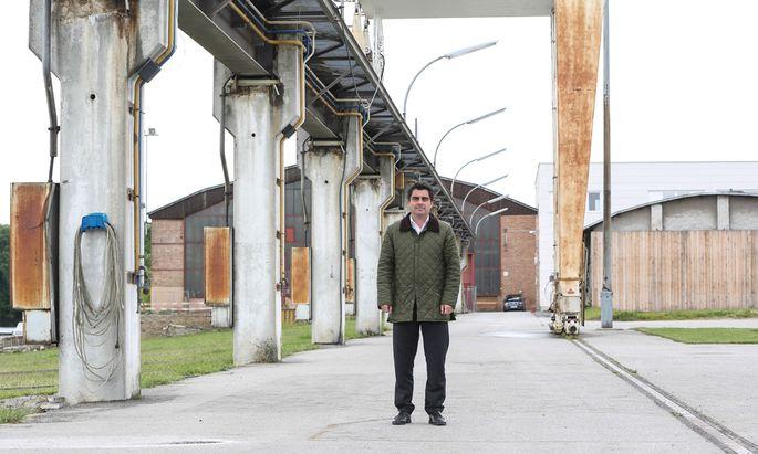 Bürgermeister Christian Gepp vor der alten denkmalgeschützten Krananlage der Korneuburger Werft.