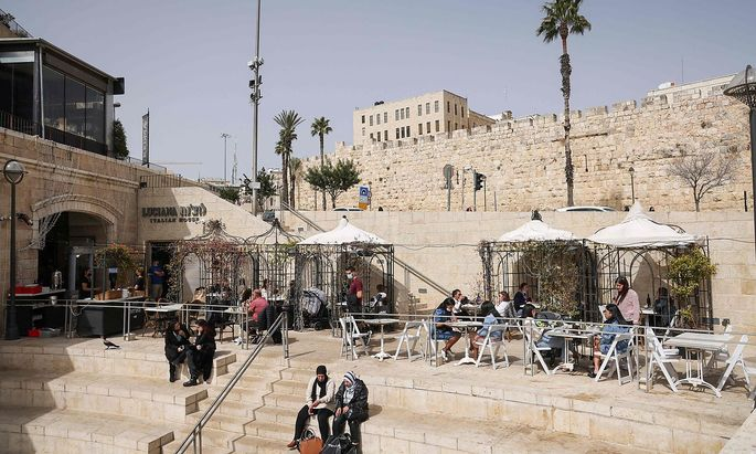 Wer geimpft ist, darf in Israel auch wieder im Schanigarten sitzen - hier ein Bild aus der Jerusalemer Altstadt.