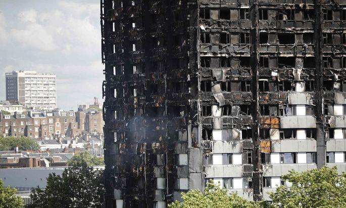 Hohe Opferzahl befürchtet: Das ausgebrannte Wohnhaus im Nordwesten Londons.