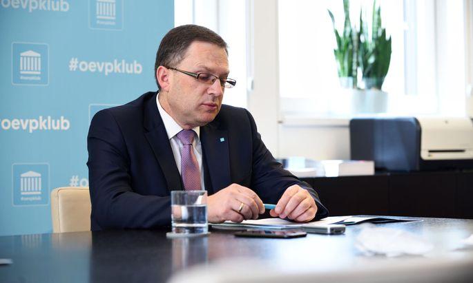 """""""Die Linksparteien wollen mittels Masseneinbürgerungen die politischen Mehrheitsverhältnisse im Land ändern"""", meinte ÖVP-Klubchef August Wöginger."""