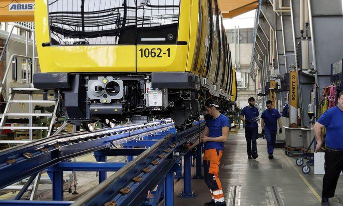 Schienenfahrzeugproduktion bei Stadler in Berlin 2019 02 12 Berlin Deutschland Schienenfahrzeugp