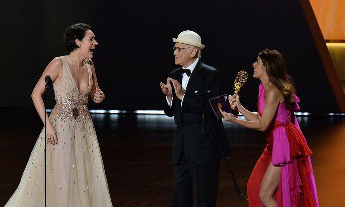 """Phoebe Waller-Bridge (links) wird der Preis für """"Fleabag"""" von Norman Lear und Marisa Tomei überreicht."""