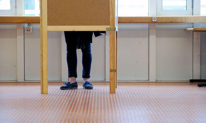 Student bei der Stimmabgabe.