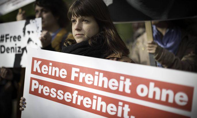 Demonstrantin bei einer Kundgebung für Pressefreiheit vor der türkischen Botschaft in Berlin