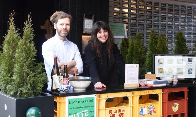 Eddi Dimant und Sandra Jedliczka an ihrer aktuellen Takeaway-Ausgabestelle am Vorgartenmarkt.
