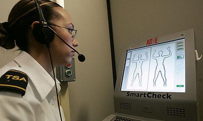 ARCHIV - Sicherheitsbeamtin Latoya Maestas schaut am 23. Februar 2007 auf das Bild eines Roentgenscan