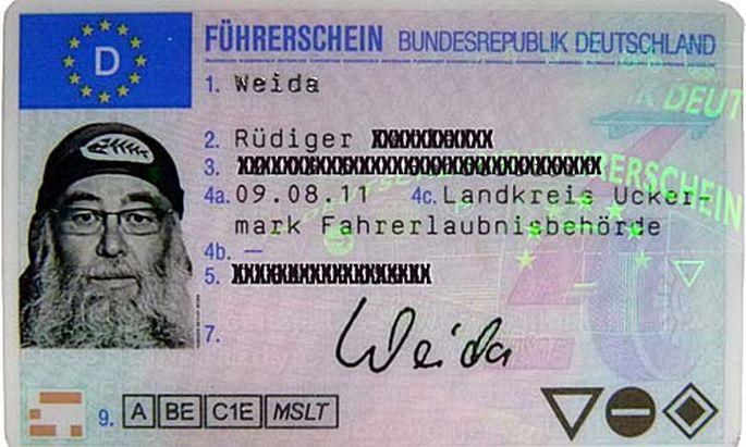 Deutscher erkaempft Fuehrerscheinfoto Piratentuch