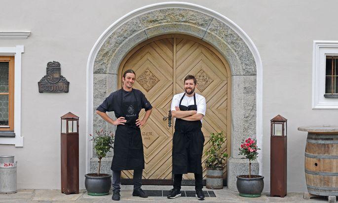 Team. Franz Meilinger und Andreas Stotter vor dem historischen Weyerhof in Bramberg am Wildkogel.
