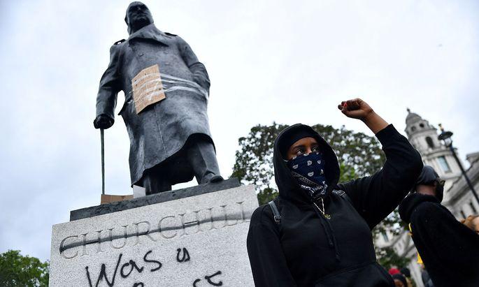 """""""was a racist"""" - so sah die Statue von Winston Churchill nach Vandalenakten in London aus. Nun wurde sie sicherheitshalber ganz verbarrikadiert."""